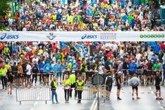 在ASICS斯德哥尔摩马拉松的开始之前2014年 库存照片