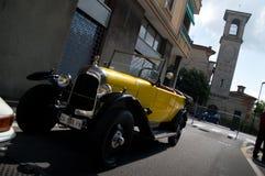 在Aspettando la Mille Miglia的黄色经典汽车2016年 免版税库存照片