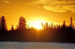 在Astotin湖,麋鹿岛国家公园的日落 免版税库存照片