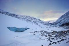 在athabasca冰川的大冷和蓝色冰洞,在柔和的日落期间,班夫国家公园,加拿大 库存图片