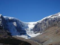 在Athabasca冰川的雪雪崩在哥伦比亚Icefield在加拿大 免版税库存图片