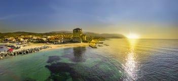 在Athos半岛的Ouranoupolis塔在Halkidiki 免版税库存图片