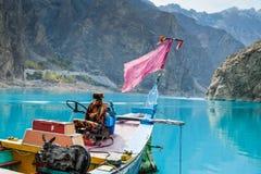 在Attabad湖的一条五颜六色的小船 库存图片