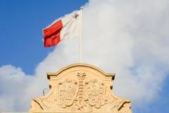 在Auberge在La瓦莱塔的de Castille的马耳他国旗 图库摄影