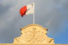 在Auberge在La瓦莱塔的de Castille的马耳他国旗 库存图片
