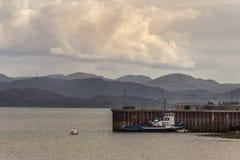 在Aultbea, NW苏格兰码头的捕鱼船  免版税库存照片