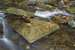 在Autun小河的方形的石头 免版税库存图片