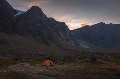 在Auyuittuq国家公园风景,努纳武特,加拿大的营地 免版税库存图片
