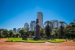 在Av附近的纪念碑 pres 费古洛阿尔科塔在巴勒莫 布宜诺斯艾利斯,阿根廷 免版税库存照片