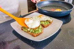 在avacado和多士被安置的煎蛋 库存照片
