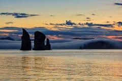 在Avacha海湾的三个兄弟岩石在日落 堪察加 库存照片