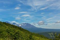 在Avachinskaya Sopka的美丽的双突透镜的云彩在彼得罗巴甫洛斯克Kamchatsky 免版税库存照片