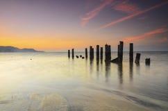 在awesoome美好的日落期间的老打破的码头 充满活力的颜色 免版税图库摄影
