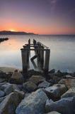 在awesoome美好的日落期间的老打破的码头 充满活力的颜色 免版税库存照片