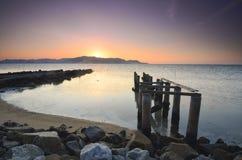 在awesoome美好的日落期间的老打破的码头 充满活力的颜色 库存照片