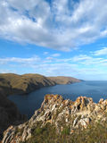 在Aya海湾附近的峭壁在贝加尔湖 免版税库存照片