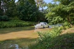 在BaÅ¥a运河的白色汽艇在晴朗的夏日 库存照片