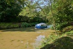 在BaÅ¥a运河的蓝色和白色汽艇在晴朗的夏日 库存图片