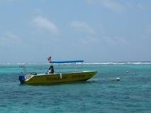 在Bacalar奇哥国家公园的生态潜水者小船和海洋储备在伯利兹 免版税图库摄影