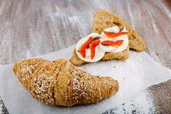 在bacground的鲜美谄媚新月形面包从全麦的面粉 免版税库存图片
