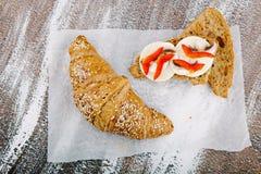 在bacground的鲜美谄媚新月形面包从全麦的面粉 库存图片