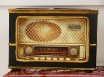 在backgroup迷离的多灰尘的老收音机 库存图片
