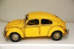 在backgroup迷离的葡萄酒模型汽车 库存照片