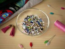 在backround的成串珠状的和缝合的工具 免版税库存图片