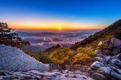 在Baegundae峰顶和Bukhansan山在秋天,汉城的日出在韩国 库存照片