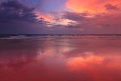 在Baga海滩的日落。 Goa 免版税库存照片