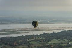 在Bagan寺庙的气球  免版税图库摄影