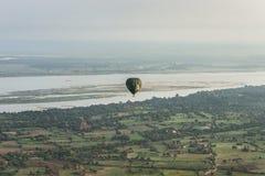 在Bagan寺庙的气球  图库摄影