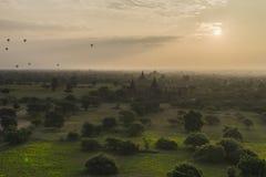 在Bagan寺庙的气球  免版税库存图片