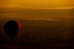 在Bagan平原的热空气气球在早晨,缅甸 库存图片
