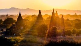 在Bagan的塔领域,缅甸的日落 免版税库存图片