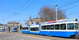 在Bahnhofbruecke桥梁的电车在瑞士苏黎士 免版税库存图片