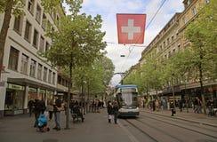 在Bahnhofstrasse的电车在瑞士苏黎士 库存图片