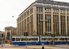 在Bahnhofstrasse街上的连续电车在苏黎世市中心 库存照片