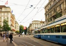 在Bahnhofstrasse街的连续电车在苏黎世市中心 库存照片