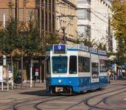 在Bahnhofstrasse街道上的电车在瑞士苏黎士 免版税库存照片