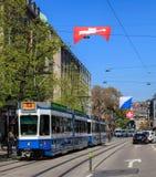 在Bahnhofstrasse街道上的电车在瑞士苏黎士 库存图片