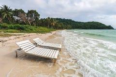 在Bai圣地的两空的sunbeds在Phu Quoc海岛上靠岸在Vietna 库存照片