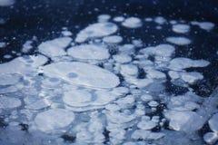 在Baikal湖冰的泡影  图库摄影