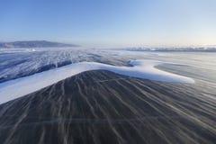 在Baikal湖冰的雪波浪  风 33c 1月横向俄国温度ural冬天 库存照片