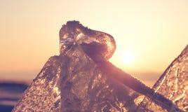 在Baikal湖水晶冰的五颜六色的日落  免版税图库摄影