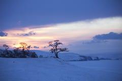 在Baikal湖的海角Burhan 日落 33c 1月横向俄国温度ural冬天 免版税库存照片