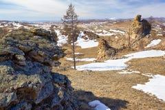 在Baikal湖附近的长毛绒岩石 库存图片