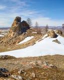 在Baikal湖附近的长毛绒岩石 图库摄影