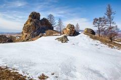 在Baikal湖附近的长毛绒岩石 免版税库存图片