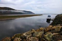 在Bais圣徒保罗处于低潮中靠码头的小船 免版税库存图片